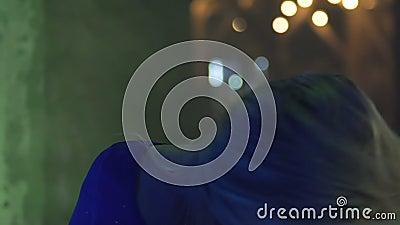 Lächelnde junge Frau, die glückliches Leben im Nachtklub, Clubbing an der Partei, Freiheit genießt stock video footage