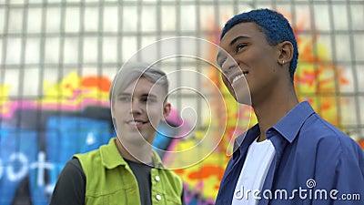 Lächelnde junge Männer stehen im Freien Graffiti-Gebäude, urbane Kultur stock video