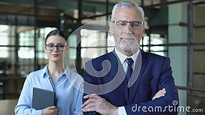 Lächelnde männliche Direktorin und Sekretärin schauend Kamera, Büroarbeit, Geschäfte stock footage