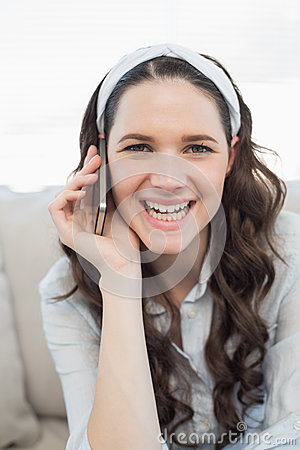 Lächelnde zufällige Frau, die einen Telefonanruf hat