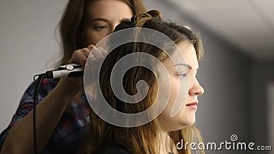 Längd i fot räknat processen av att krulla för hår Frisör och beställare closeup arkivfilmer