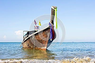 Långt fartyg i Thailand