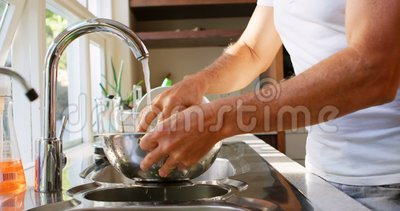 Légume de nettoyage d'homme supérieur dans la cuisine à la maison 4k banque de vidéos
