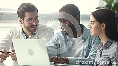Líder del equipo africano mostrando a los colegas europeos una nueva aplicación de empresa almacen de metraje de vídeo