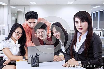 Líder empresarial con su equipo