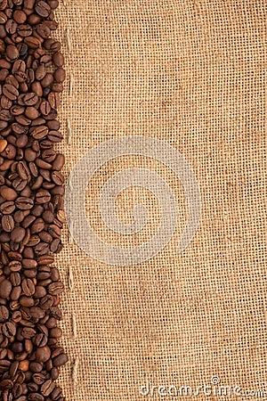 Línea de granos de café y de arpillera