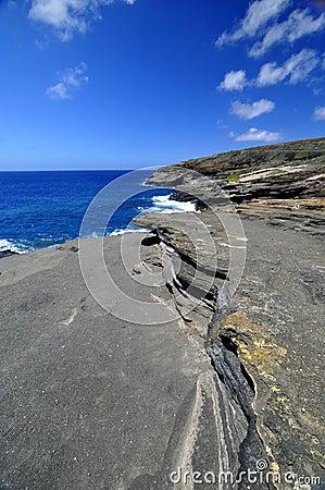 Línea de la playa Hawaii de la roca de la lava