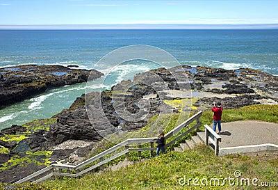 Línea de la playa rocosa de la lava, costa de Oregon.