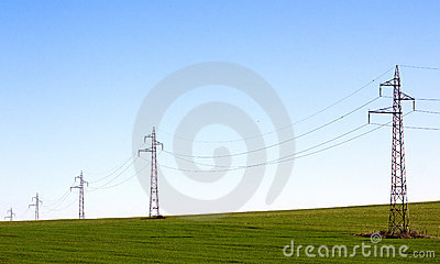 Línea eléctrica en campo verde
