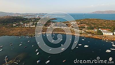 Línea península de la costa de la bahía del Mar Egeo con los yates, los barcos de navegación y los catamaranes metrajes