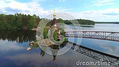 L'église de l'apôtre Andrew sur la rivière Vuoksa Jour de Sunny June Région de Léningrad, Russie banque de vidéos