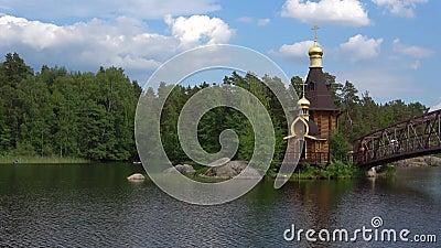 L'église de St Andrew sur la rivière Vuoksa Région de Léningrad, Russie banque de vidéos