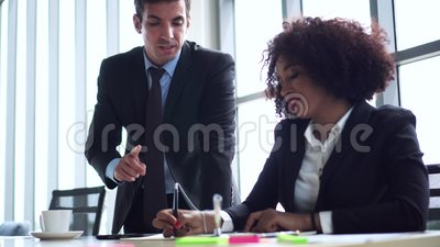 L'équipe de marketing de l'équipe de la diversité travaille ensemble banque de vidéos