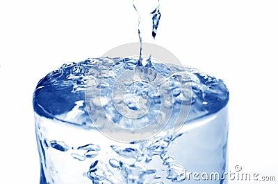 L acqua ha versato in vetro