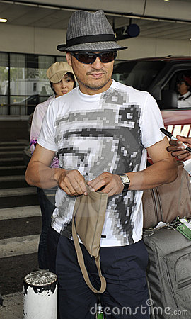 L acteur Ken Watanabe est vu chez LAX Image stock éditorial