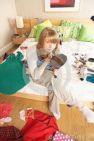 Adolescente in camera da letto disordinata immagini stock libere ...