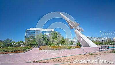 L'aereo MIG-21 è un monumento nel quadrato del hyperlapse del timelapse di gloria Aqtau, il Kazakistan video d archivio