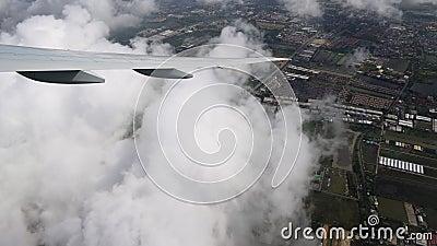 L'aeroplano durante la vista superiore di area di atterraggio, della città e dei campi stock footage