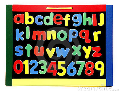 L alphabet marque avec des lettres le panneau de craie