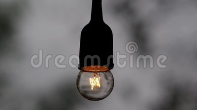 L'ampoule clignotant tandis qu'il pleut clips vidéos