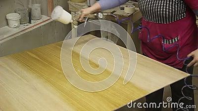 L'application du vernis sur une surface en bois banque de vidéos