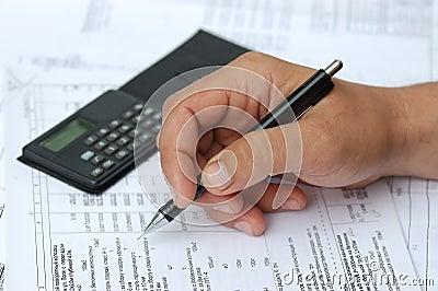 L assistente tecnico controlla i calcoli.