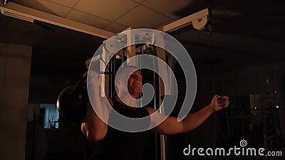 L'athlète musculaire soulève des poids dans le gymnase banque de vidéos