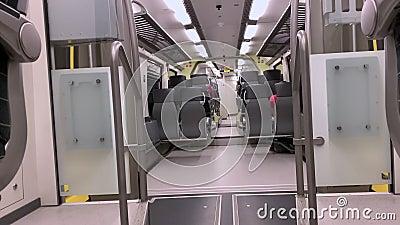 L'auto all'interno del treno a velocità archivi video