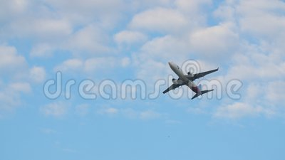 L'avion décolle contre un ciel sans nuages bleu banque de vidéos