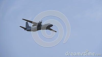 L'avion vole contre le ciel bleu banque de vidéos