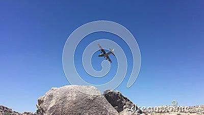 L'avion vole dans les montagnes au-dessus du désert california banque de vidéos