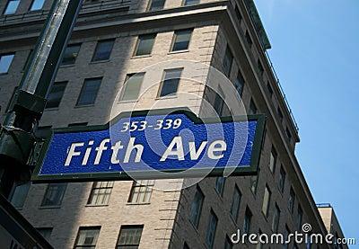 L Cinquième Avenue signent dedans New York