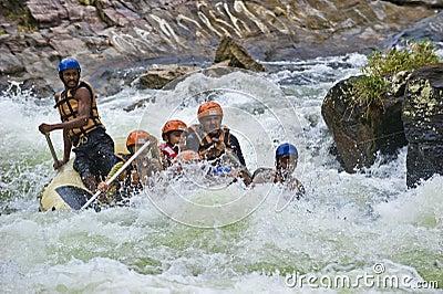 L eau blanche transportant par radeau au Sri Lanka Photographie éditorial