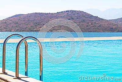 L eau bleue de la baie de Mirabello