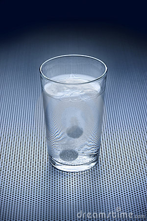 L eau en verre antiacide d aspirine