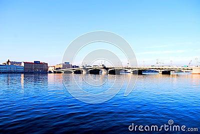 L eau foncée bleue