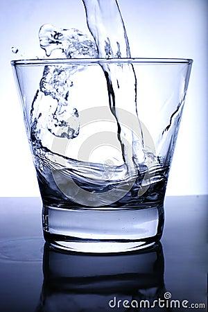 L eau a versé dans le verre