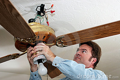 L elettricista rimuove il ventilatore di soffitto