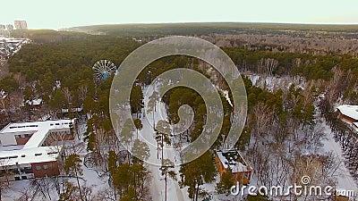 L'elicottero sorvola un'area del parco nell'inverno Zoo con le recinzioni aperte archivi video