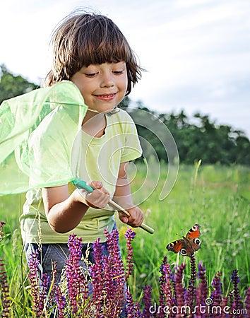 L enfant attrape un papillon