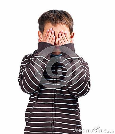 L enfant biseauté observe des mains retenant I plus de vous voient