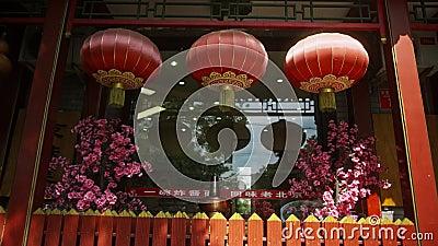 A l'entrée du restaurant chinois de Pékin, trois boules rouges pendent clips vidéos