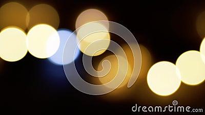 L'or et les lumières blanches brouillés filtrent de gauche à droite clips vidéos