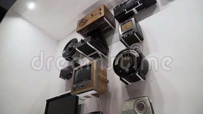 L'exposition de récepteurs de télévision d'époque, de vieux lecteurs audio et de radio dans le musée de la technologie vintage Ac banque de vidéos
