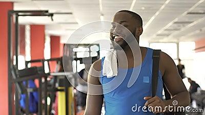 L'homme afro-américain a fini de s'exercer et prépare pour commencer nouveau jour dans la grande humeur clips vidéos