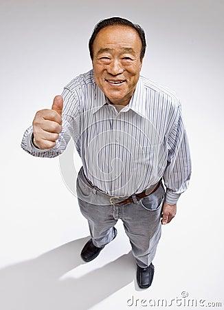 L homme donnant des pouces lèvent le geste