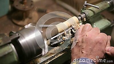L'homme fait le détail en bois sur le tour clips vidéos