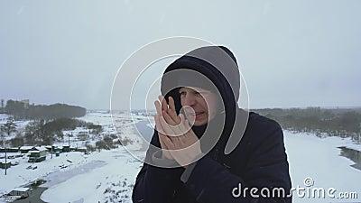 L'homme gèle du froid et se frotte les mains pour se réchauffer en hiver Virus de la grippe aviaire Immunité et banque de vidéos