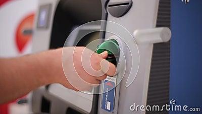 L'homme insère une carte la billetterie banque de vidéos