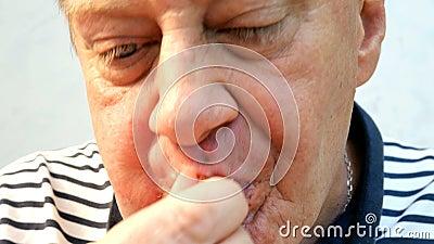L'homme plus âgé affamé rapide et avide mange des ailes de poulet frit et heureux de ronger des os banque de vidéos
